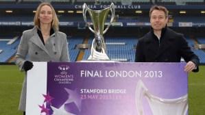 mantan kapten timnas putri Inggris, Faye White dan mantan bek Inggris dan Chelsea Graeme Le Saux di Stamford Bridge