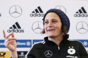 Nadine Angerer dalam konferensi pers di Frankfurt Am Main, Rabu kemarin
