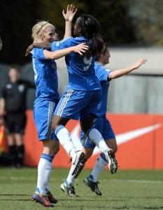 Sofia Jakobsson merayakan golnya bersama Eniola Aluko