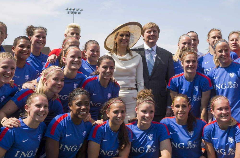 King Willem-Alexander and Queen Maxima of the Netherlands pose with Netherlands women's national soccer team in training for the upcoming FIFA Women's World Cup Canada, in Toronto, May 29, 2015.    REUTERS/Mark Blinch  - RTR4Y2X1